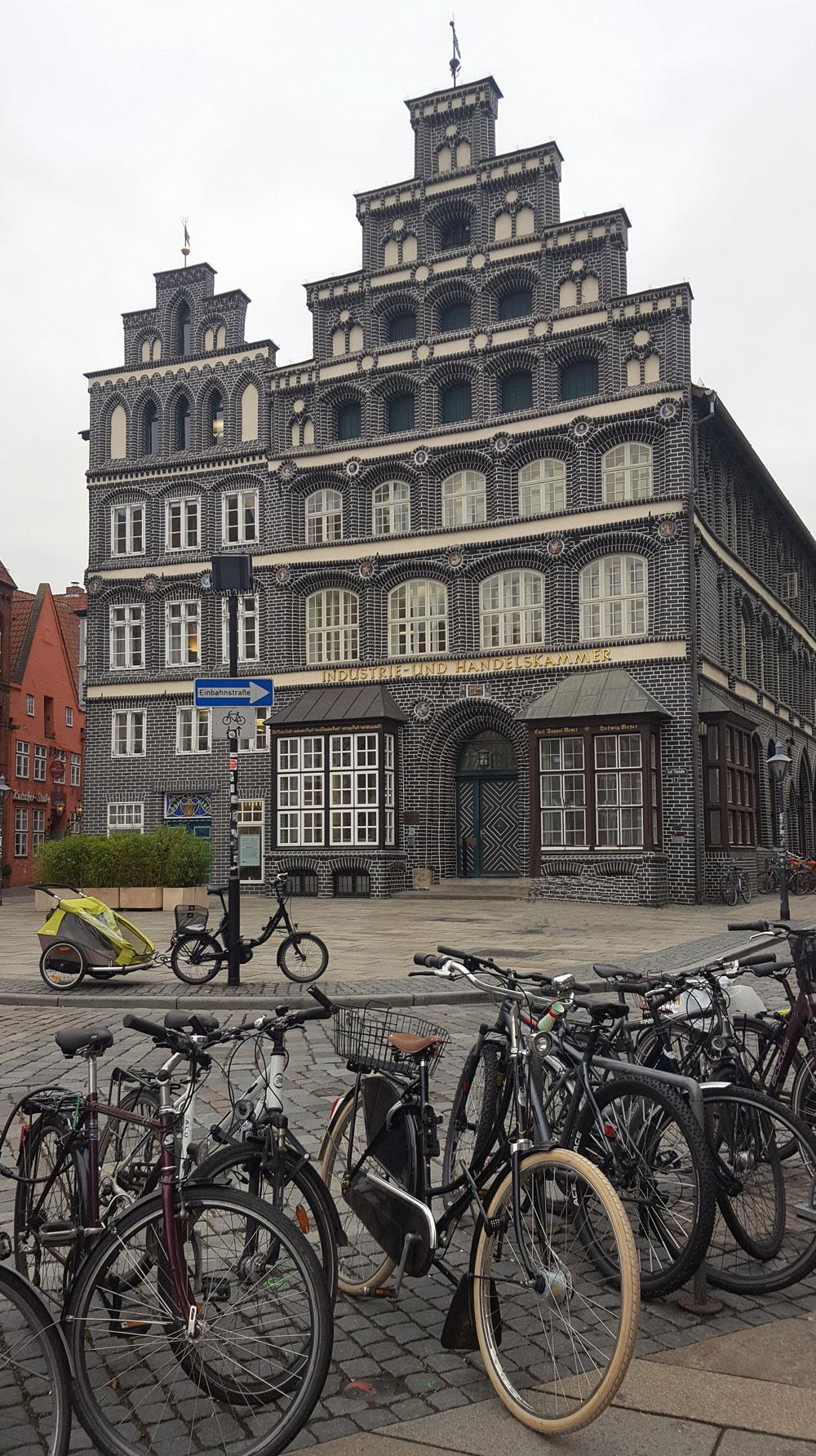 Fahrräder vor der Industrie- und Handelkammer in Lünebrug