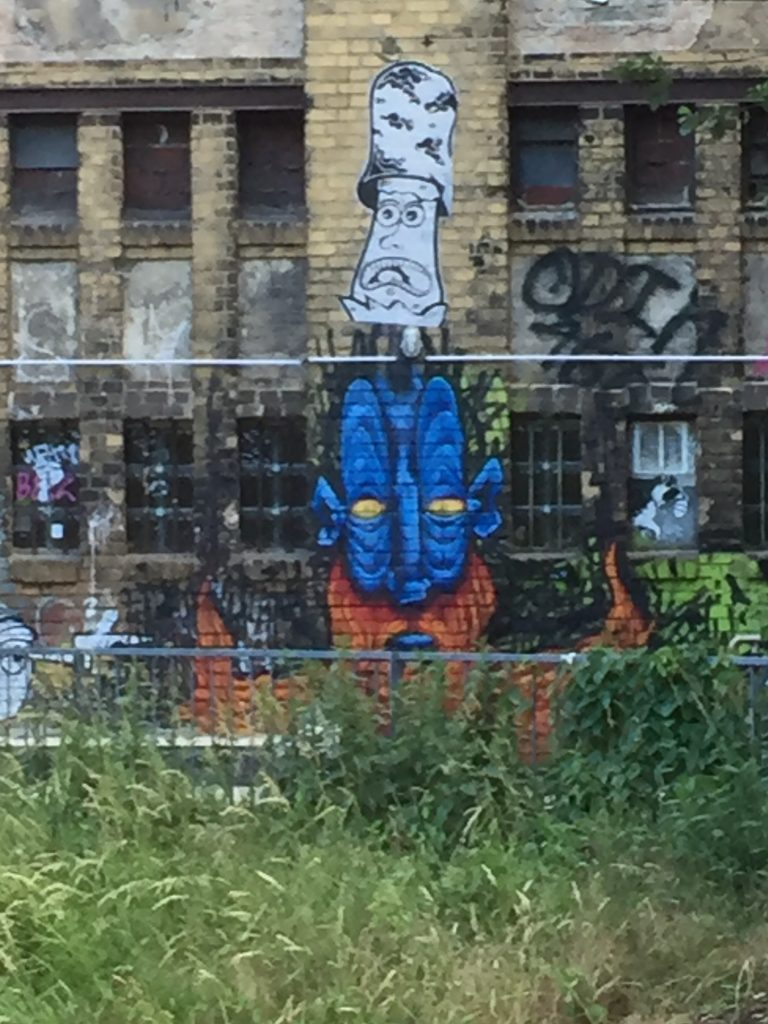 Graffiti auf einer Backsteinmauer der Wiesenburg
