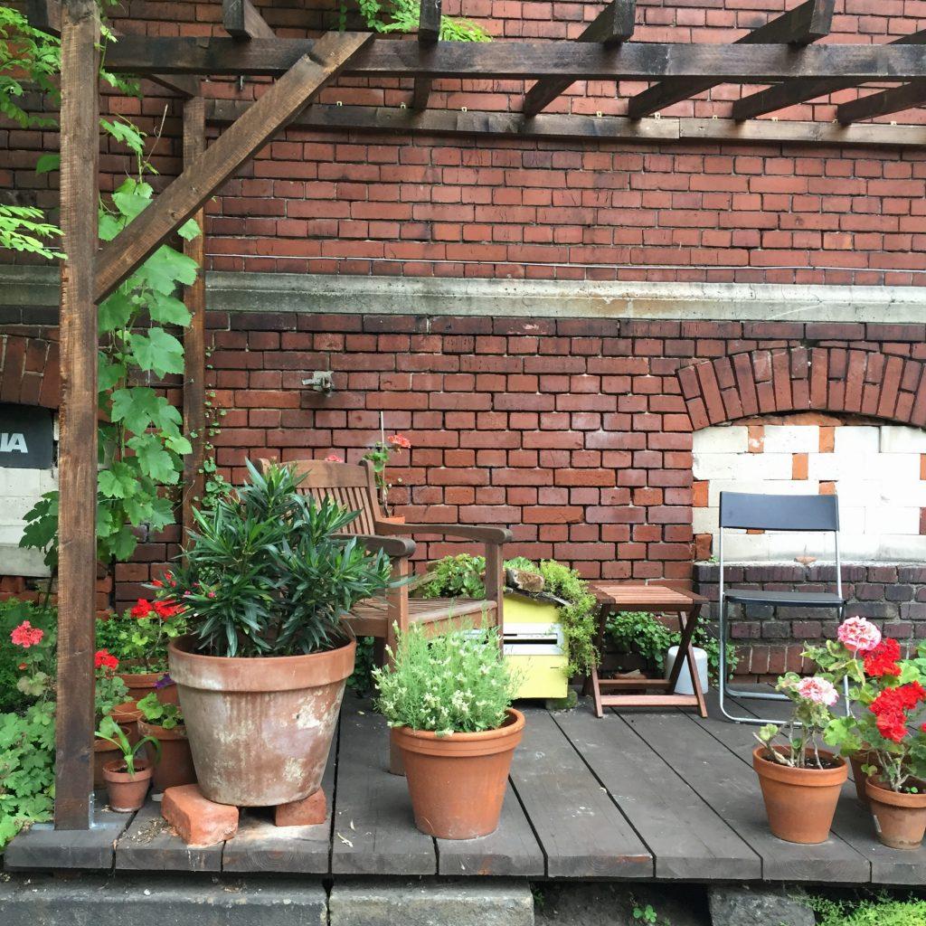 Mit Geranien bepflanzte Terrasse vor der Wiesenburg