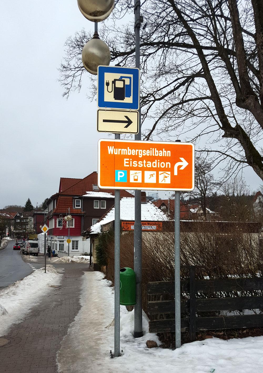 Hinweisschild Wegweiser zum Eisstadion und zur Wurmbergseilbahn