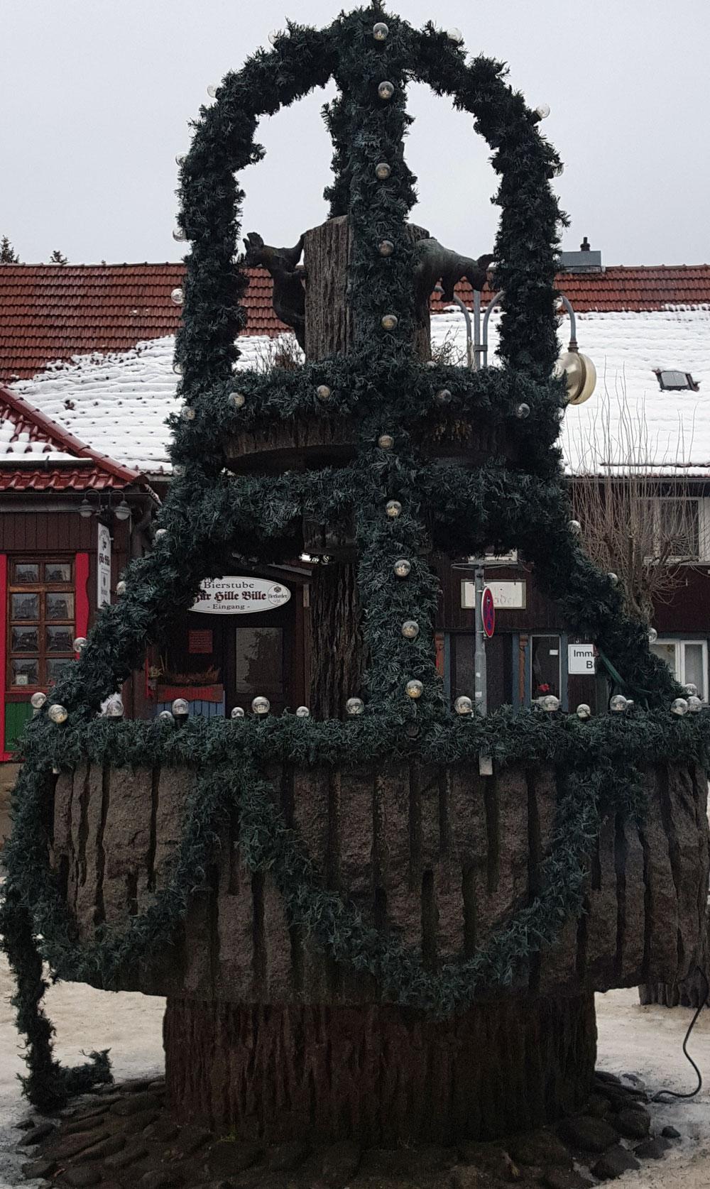 Eichhörnchenbrunnen des Künstlers Georg Arfmannim Zentrum von Braunlage