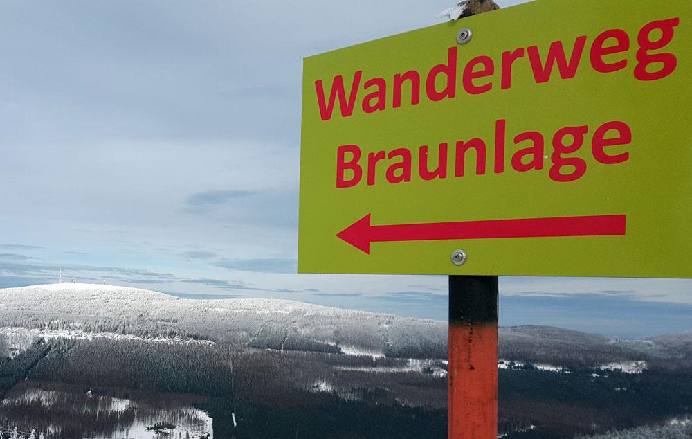 """Schild """"Wanderweg Braunlage"""" auf dem Wurmberg"""