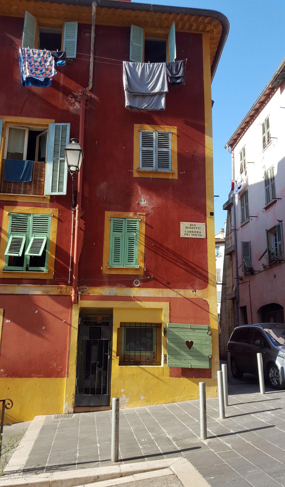 Typisches rotes Altstadthaus in Nizza