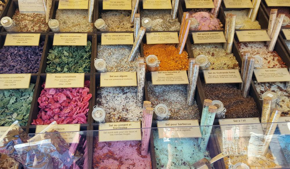 Marktstand mit Salz und Gewürzen