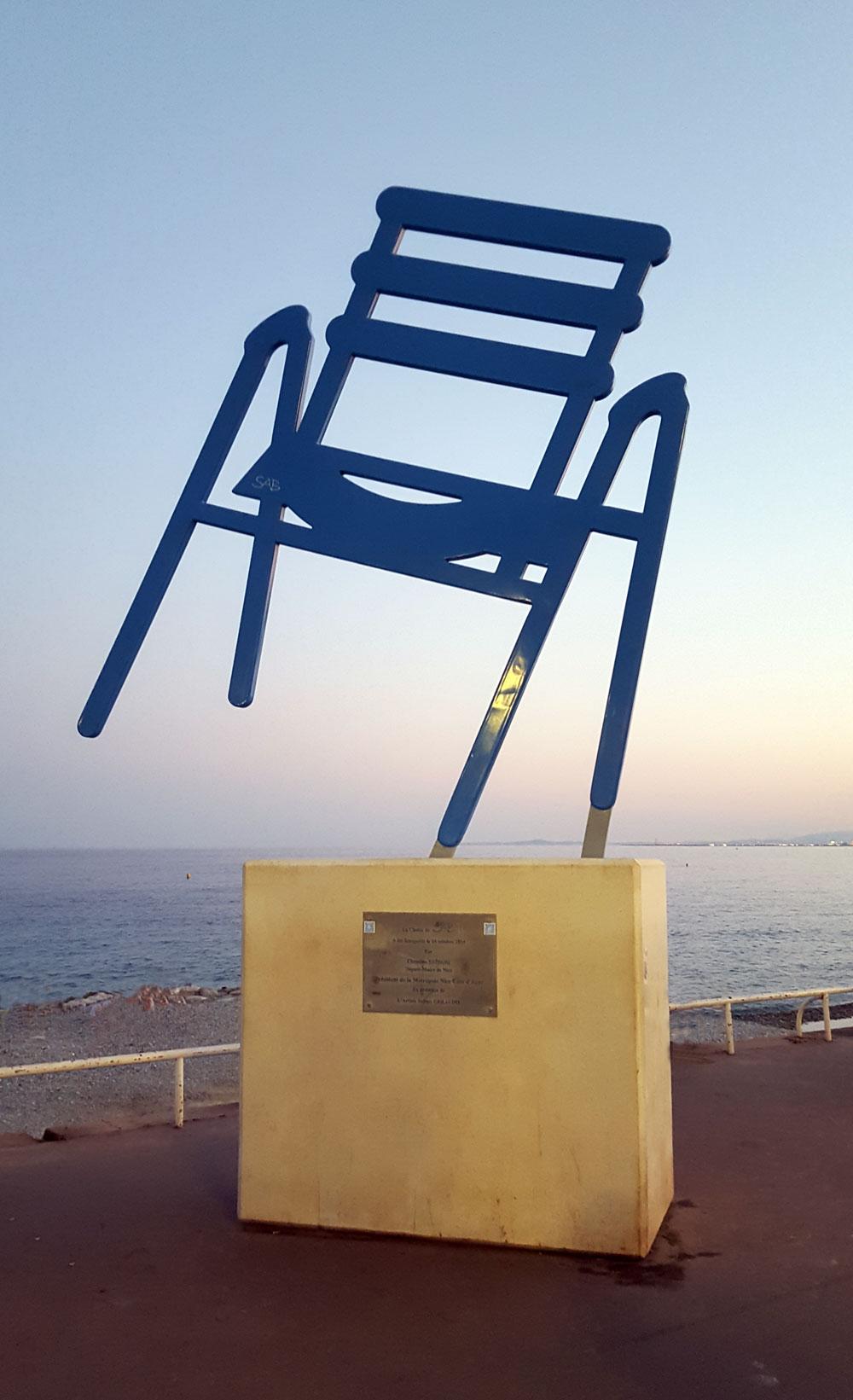 La Chaise Bleue de SAB - eine Kunst-Skulptur an der Promenade