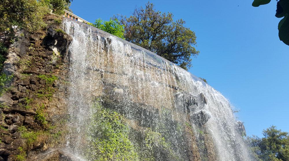 Blick auf die Aussichtsplattform auf dem Burgberg vom Wasserfall aus