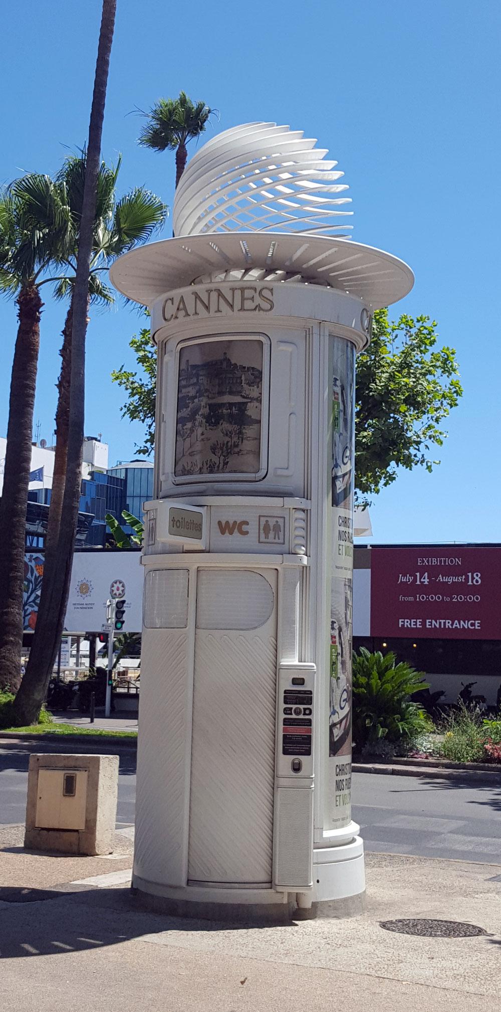 Öffentliches WC vor dem der Filmpalast in Cannes