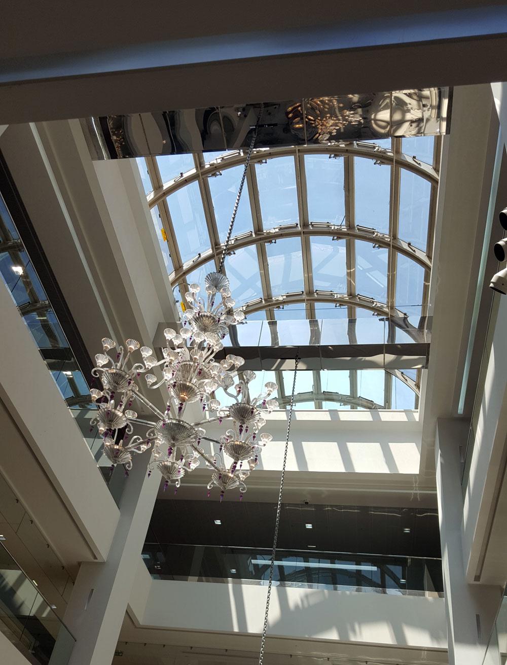 Glasdach mit Kronleuchter im Einkaufzentrum Nice Étoile in der Avenue Jean Médecin