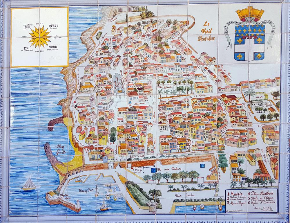 Fliesen mit einer gemalten Karte der Altstadt von Antibes an einem Torbogen
