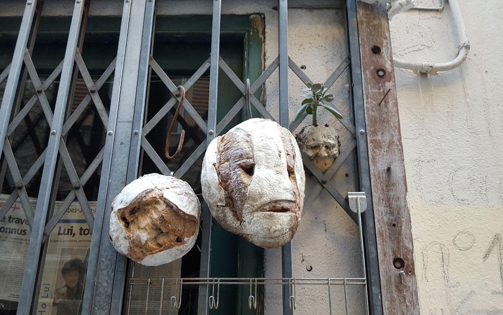 Kunst mit altem Brot an der Fassade eines Ateliers