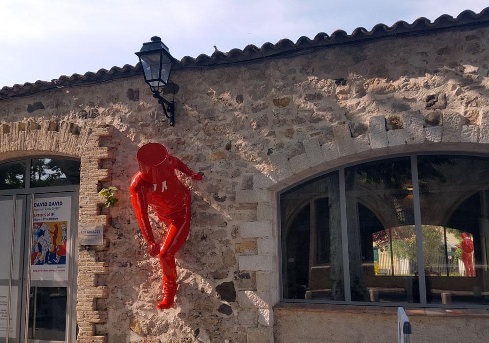 Eine Skulptur von David David vor dem Kulturzentrum Espace Culturel Les Arcades