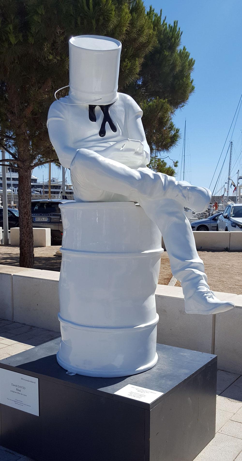 Eine Skulptur von David David am Yachthafen Port Vauban