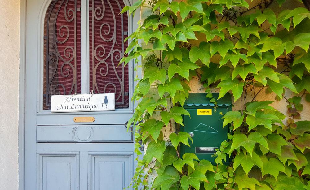 Achtung launische Katze - Türschild an einem Hauseingang
