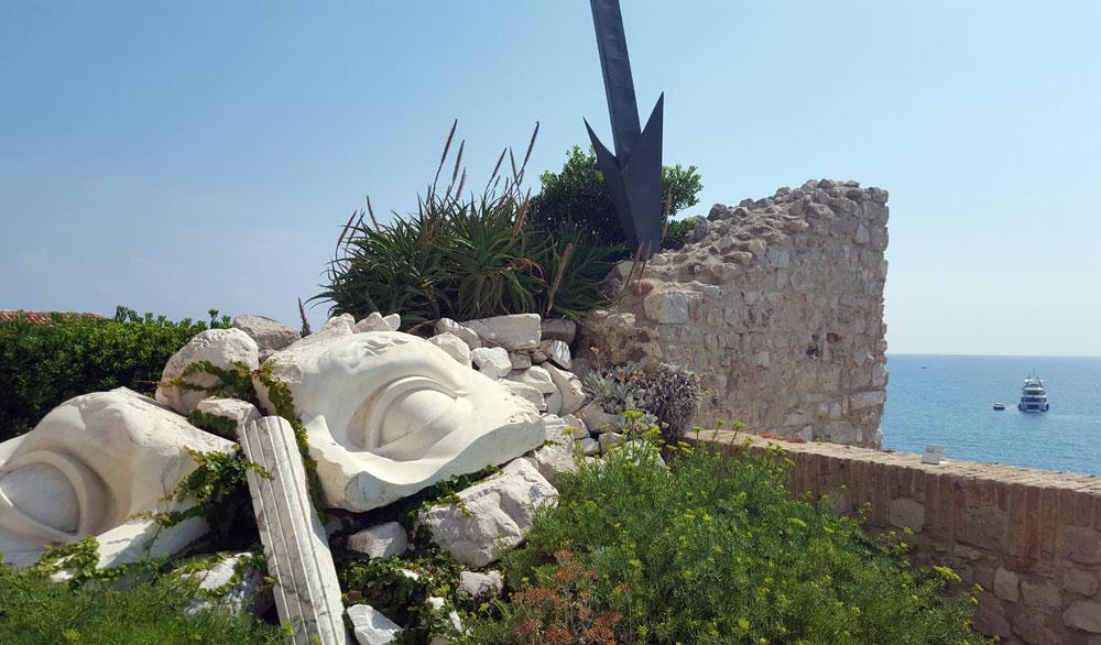 Teile einer zebrochenen Skulptur im Garten des Museums