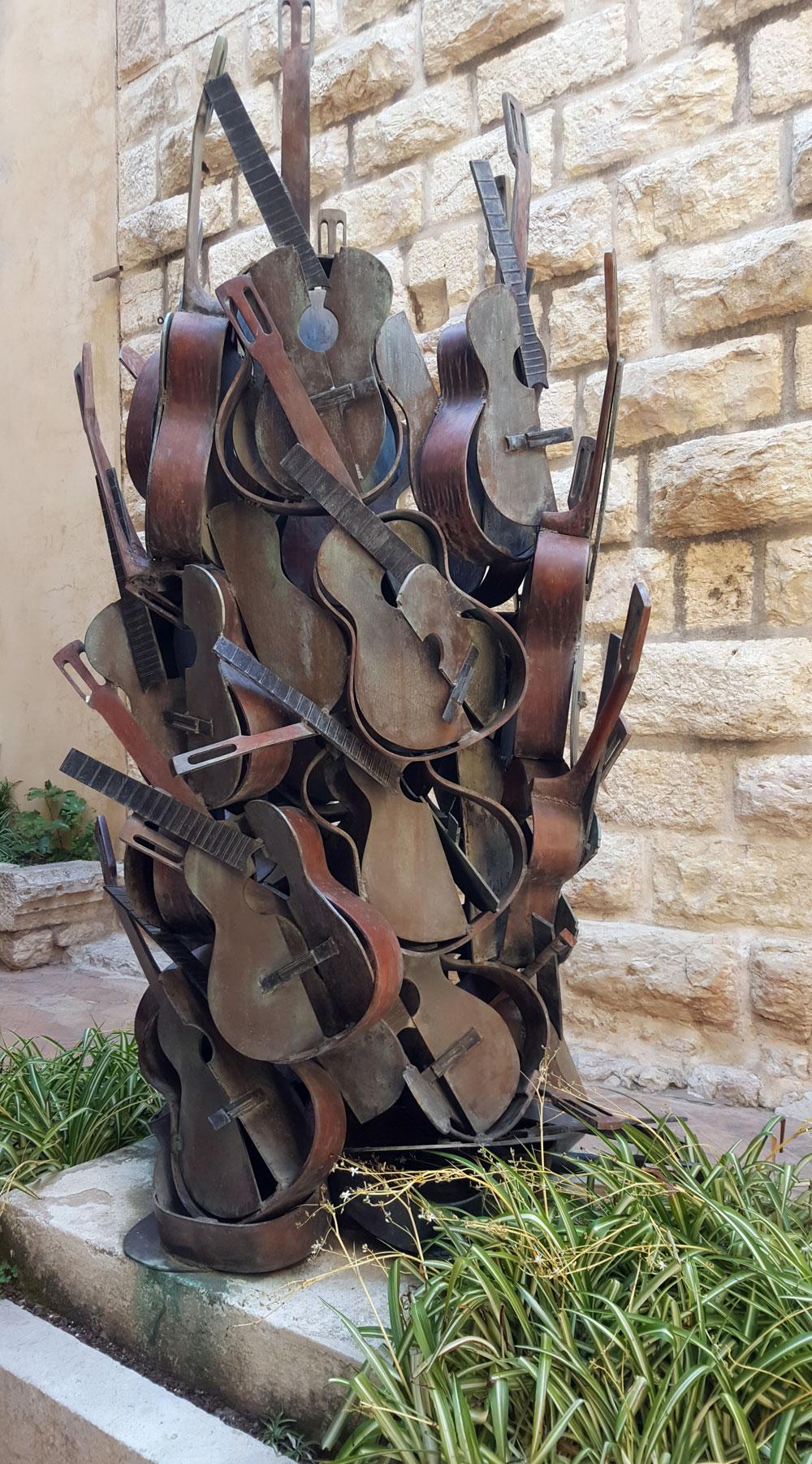 Guitarren-Skulpur im Vorhof des Picassomuseums