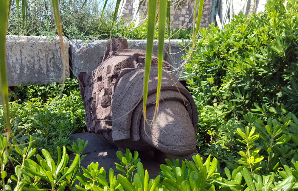 Güreltierartige Skulpur im Garten des Picassomuseums