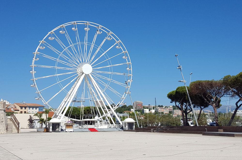 Das Riesenrad am Hafen von Antibes