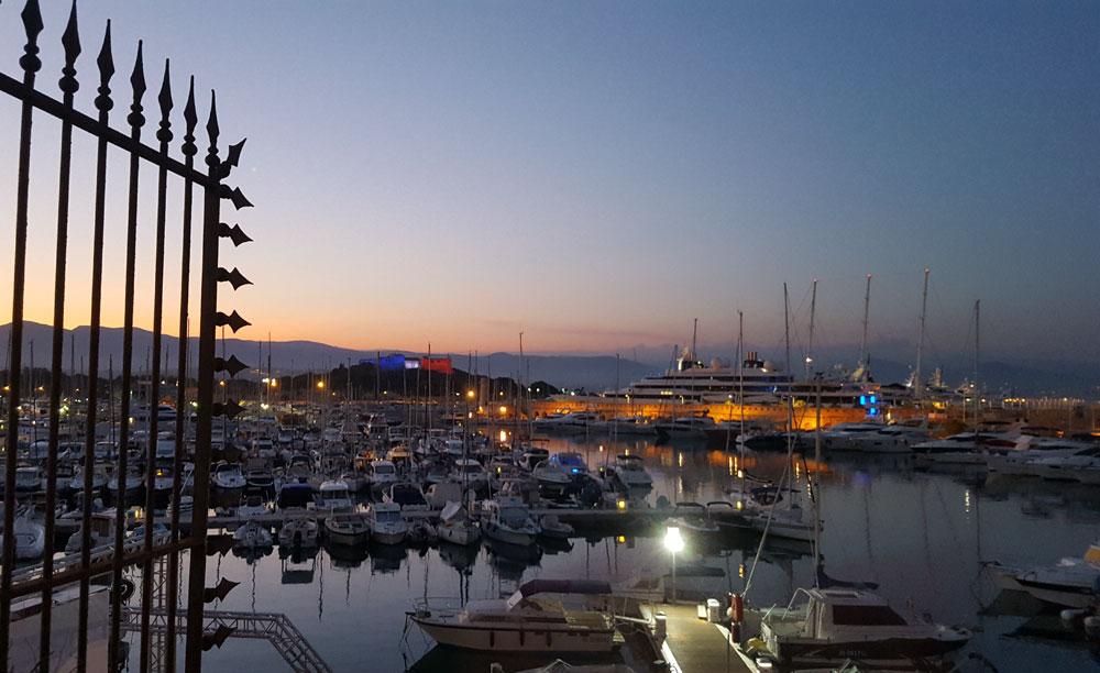 Der Hafen in der Abenddämmerung - Im Hintergrund das blau weiß rot beleuchtete Fort Carré
