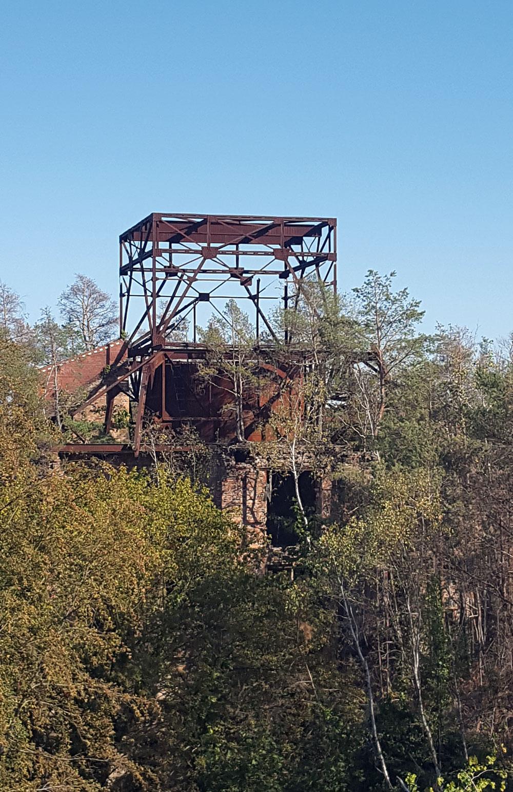 rostiger Stahlträger eines ehemaligen Turmes des Alpenhauses
