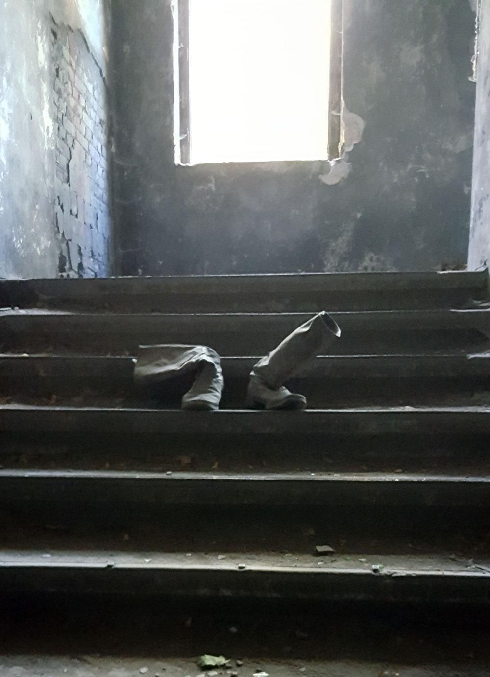 Vergessene Soldatenstiefel auf einer Treppe