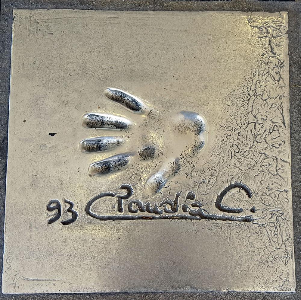 """Handabdruck von <a href=""""https://de.wikipedia.org/wiki/Claudia_Cardinale"""" target=""""_blank"""" rel=""""noopener"""">Claudia Cardinale</a> - eine italienische Schauspielerin. geboren am 15. April 1938"""