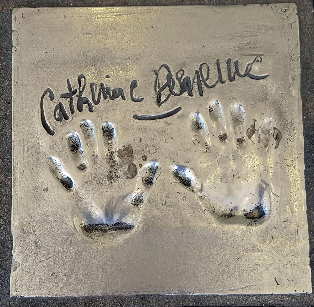 """Handabdruck von <a href=""""https://de.wikipedia.org/wiki/Catherine_Deneuve"""" target=""""_blank"""" rel=""""noopener"""">Catherine Deneuve</a> - eine französische Filmschauspielerin, geboren am 22. Oktober 1943"""