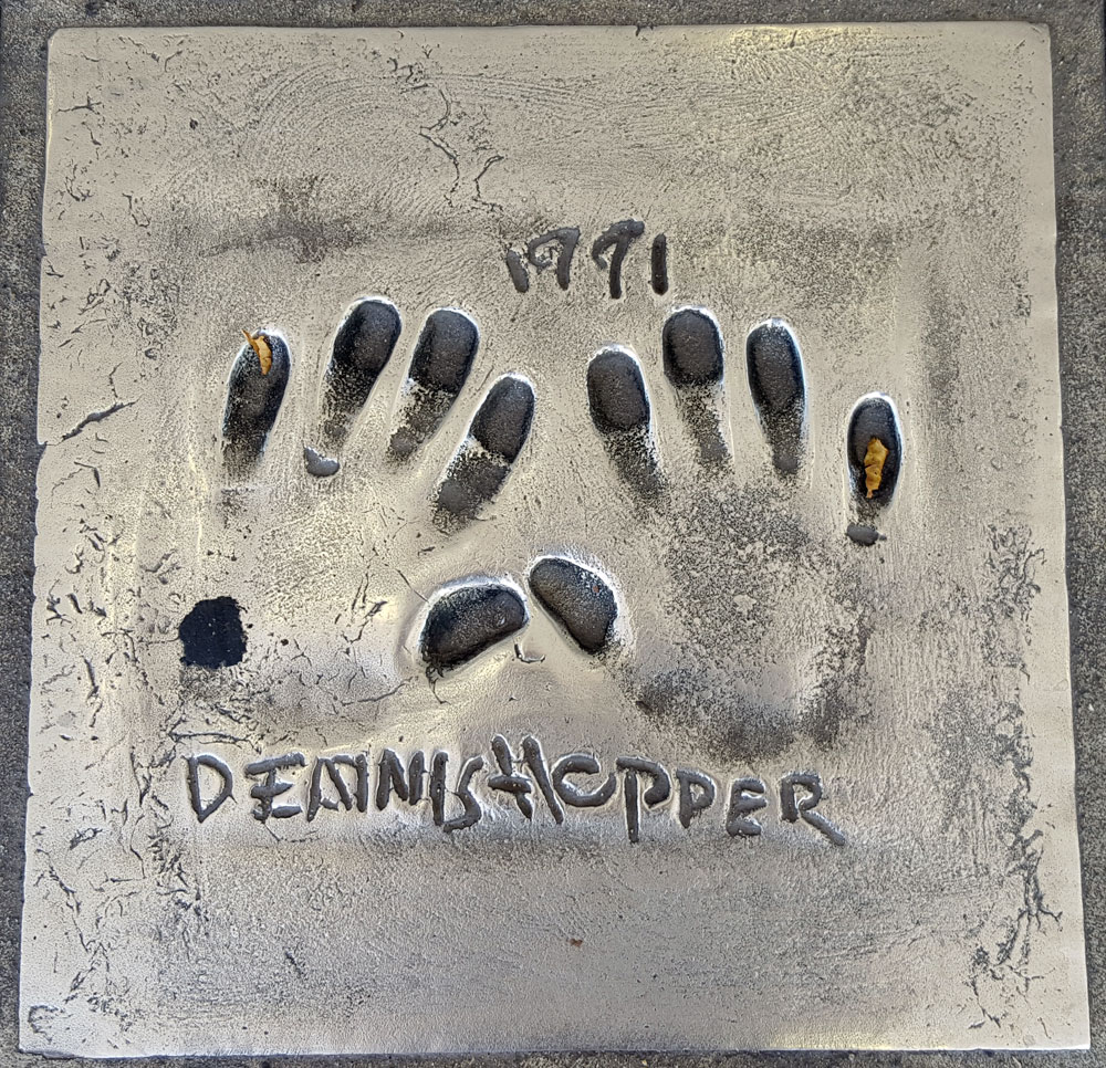 """Handabdruck von <a href=""""https://de.wikipedia.org/wiki/Dennis_Hopper"""" target=""""_blank"""" rel=""""noopener"""">Dennis Hopper</a> - ein US-amerikanischer Schauspieler und Regisseur, geboren am 17. Mai 1936 und gestorben am 29. Mai 2010"""