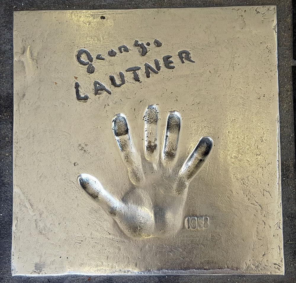 """Handabdruck von <a href=""""https://de.wikipedia.org/wiki/Georges_Lautner"""" target=""""_blank"""" rel=""""noopener noreferrer"""">Georges Lautner</a> - ein französischer Film- und Fernsehregisseur, geboren am 24. Januar 1926 und gestorben am 22. November 2013"""