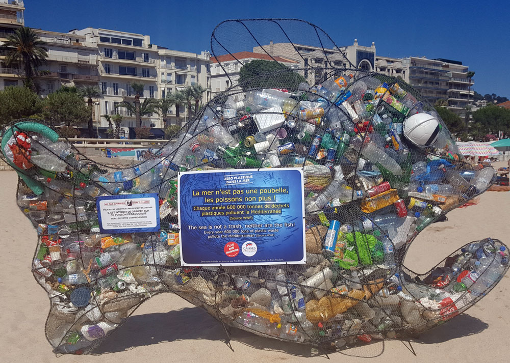 Ein zwei mal drei Meter hoher Metallfisch gefüllt mit Plaktikmüll, der bei der Reinigung des Meeres anfällt.
