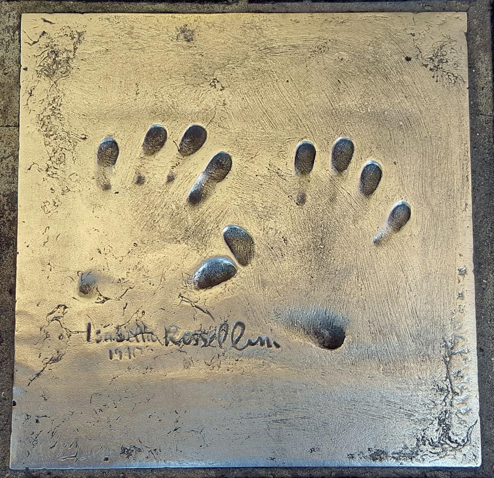 """Handabdruck von <a href=""""https://de.wikipedia.org/wiki/Isabella_Rossellini"""" target=""""_blank"""" rel=""""noopener"""">Isabella Rossellin</a>i - eine italienische Schauspielerin, geboren am 18. Juni 1952"""