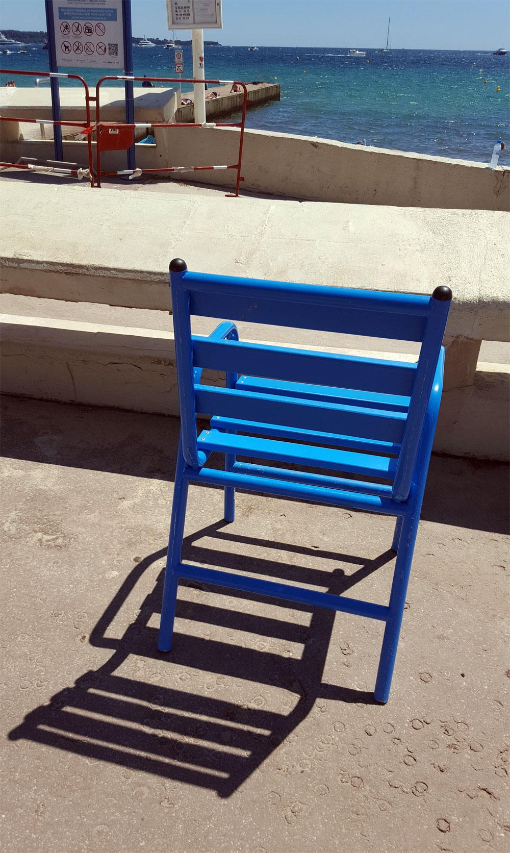 "Blauer Stuhl an der Strandpromenade ""La Croisette"" in Cannes"