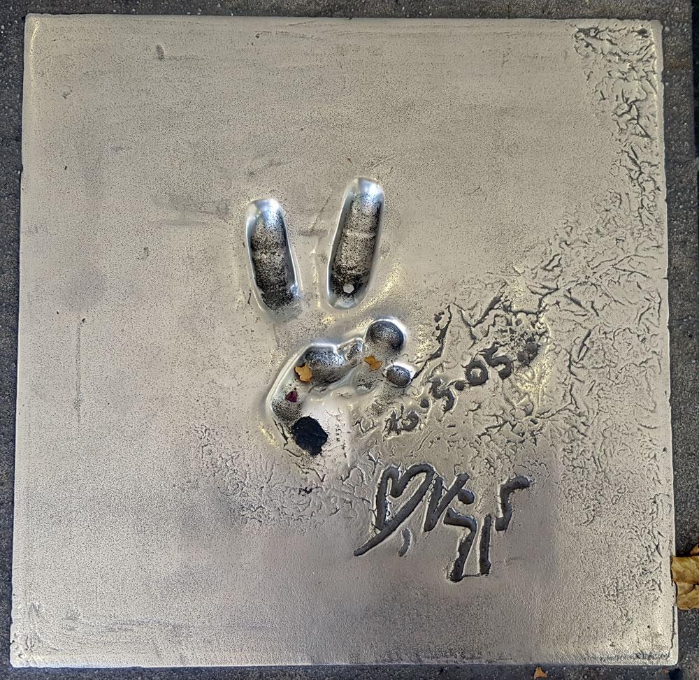 """Handabdruck von <a href=""""https://de.wikipedia.org/wiki/Viggo_Mortensen"""" target=""""_blank"""" rel=""""noopener"""">Viggo Mortensen</a> - ein dänisch-US-amerikanischer Schauspieler, Fotograf, Dichter, Maler und Musiker, geboren am 20. Oktober 1958"""