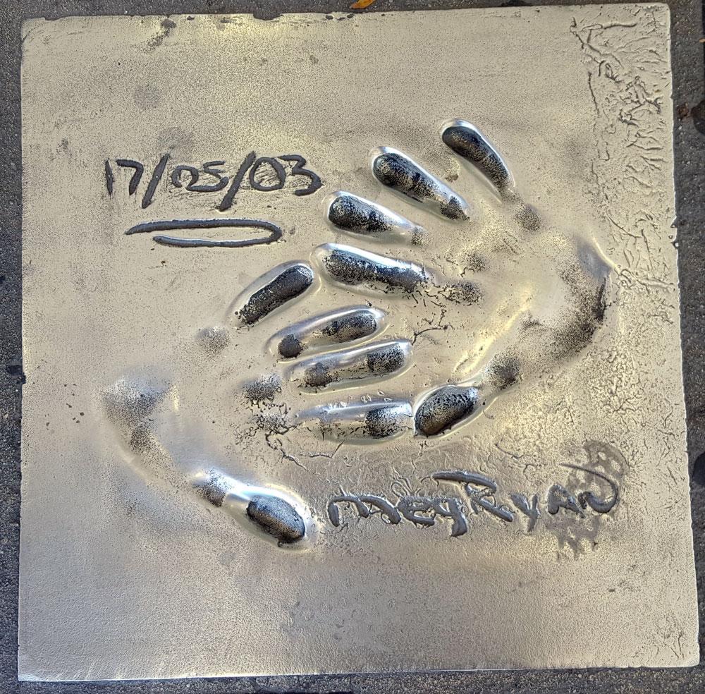 """Handabdruck von <a href=""""https://de.wikipedia.org/wiki/Meg_Ryan"""" target=""""_blank"""" rel=""""noopener"""">Meg Ryan</a> - eine US-amerikanische Schauspielerin, geboren am 19. November 1961"""