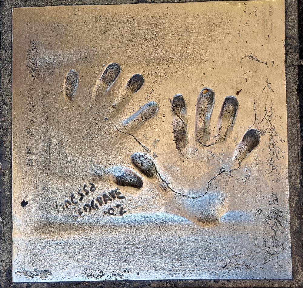 """Handabdruck von <a href=""""https://de.wikipedia.org/wiki/Vanessa_Redgrave"""" target=""""_blank"""" rel=""""noopener"""">Vanessa Redgrave</a> - eine britische Theater- und Filmschauspielerin. geboren am 30. Januar 1937"""