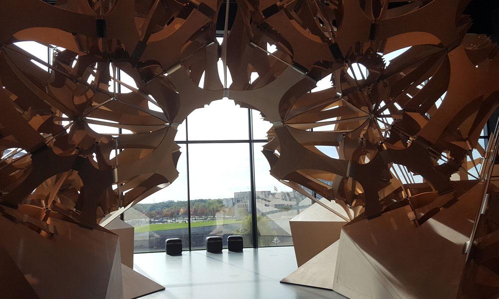 Die Skulptur Neo-Natur mit Blick auf die Fensterfassade zur Spree