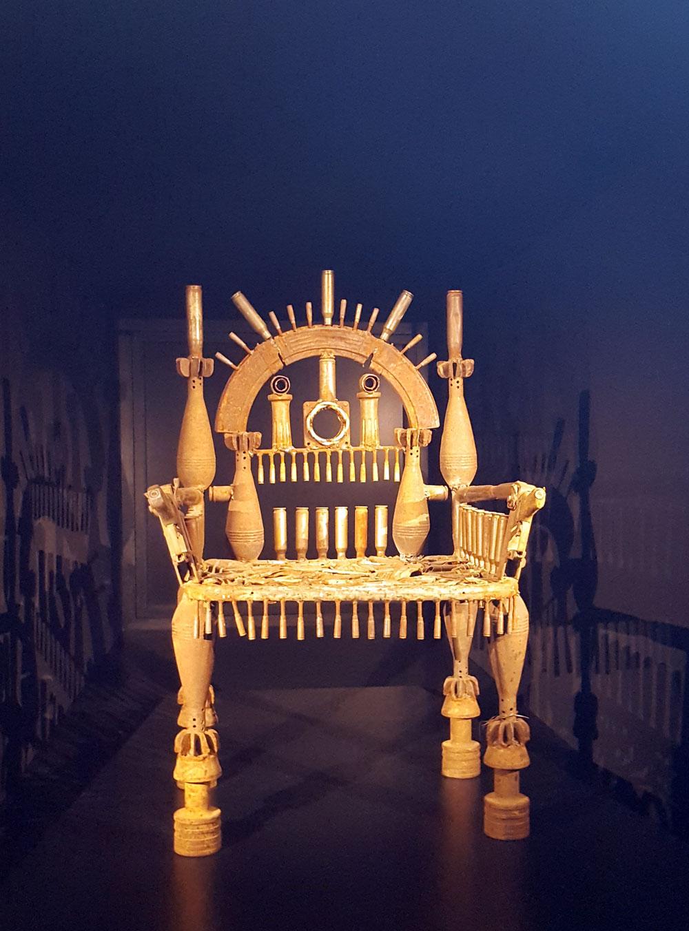 Ein Stuhl aus alten Gewehrkolben und Patronen zum Thema Krieg und Ausbeutung