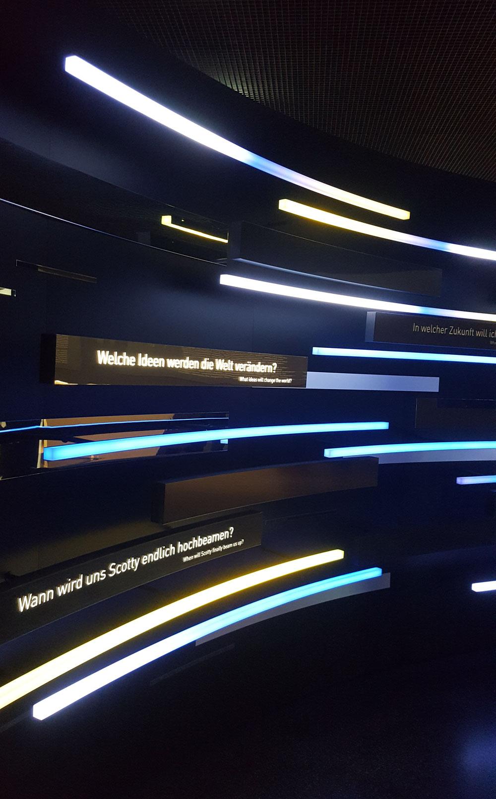 Lichttinstallation mit wechselnden Textbotschaften zum Thema Zukunft