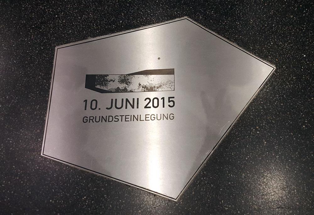 Bodenplatte mit Gedenktafel an die Grundsteinlegung im Juni 2015