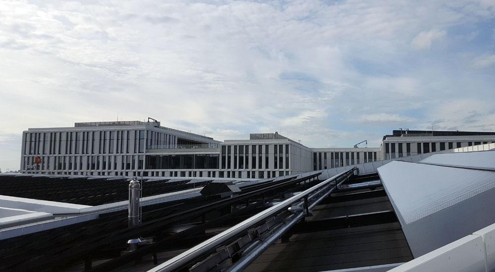 Der Blick vom Skywalk gen Westen auf ein Bürogebäude
