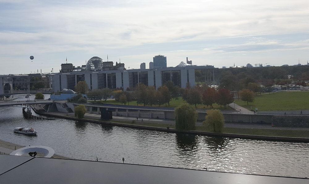 Der Blick vom Skywalk gen Süden auf Reichstag und Spreekanal