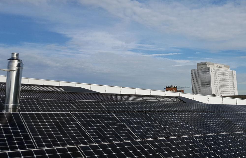 Solarzellen auf dem Dach des Futuriums