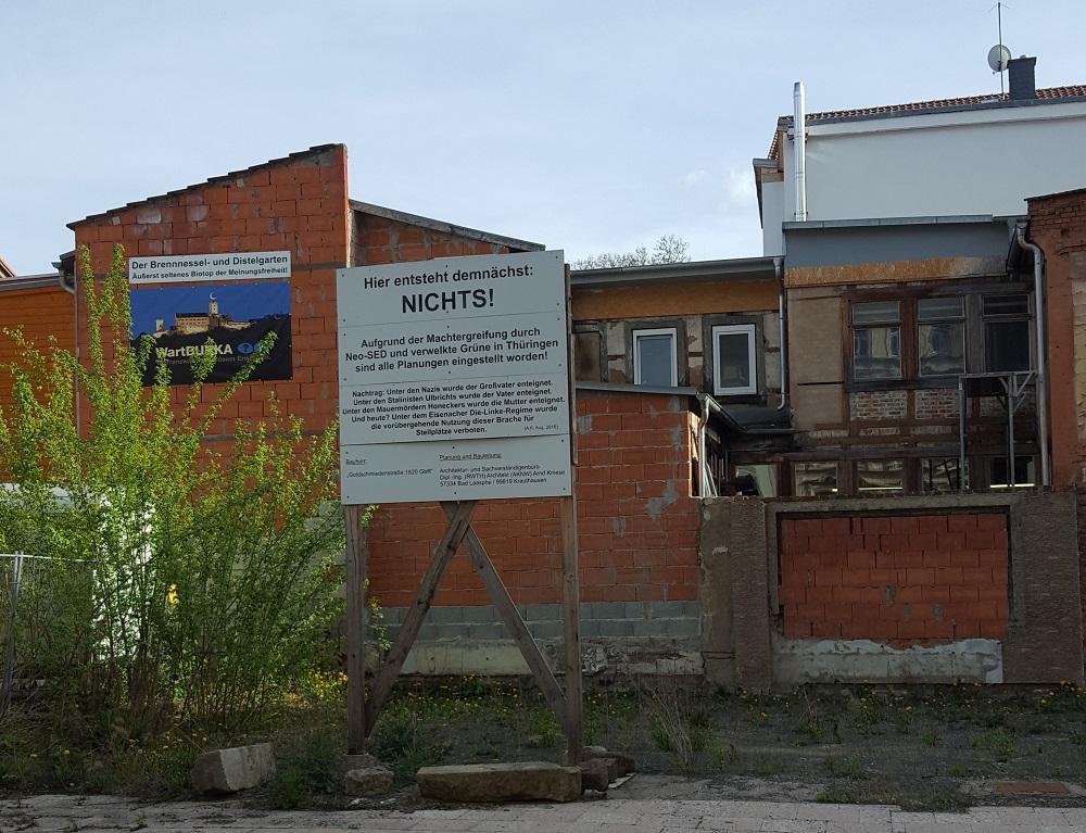 """Baustellen-Transparent an einer Ruine: """"Hier entsteht demnächst nichts;"""