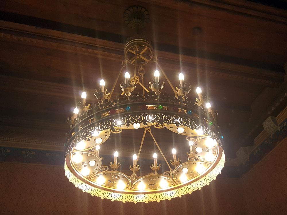 Ein Kronleuchter im Kammersaal
