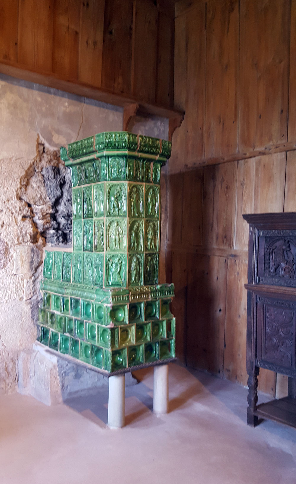 Reste eines grünen Kachelofens in der Lutherstube