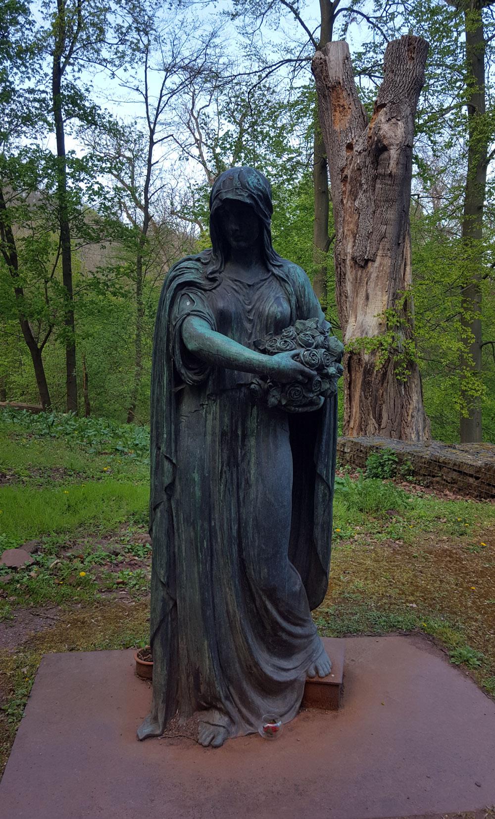 Statue der Heiligen Elisabeth am Elisabethbrunnen im Nordhang des Burgberges, wo sie damals ein kleines Hospital errichtete