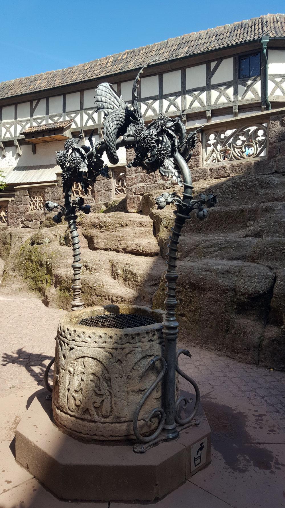 Alter Trinkwasser-Brunnen im Innenhof