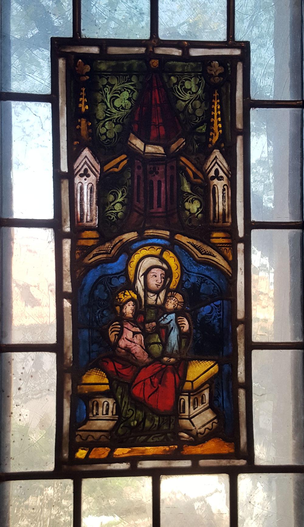 Buntes Bleiglasfenster mit Heiligenbild in der Wartburg