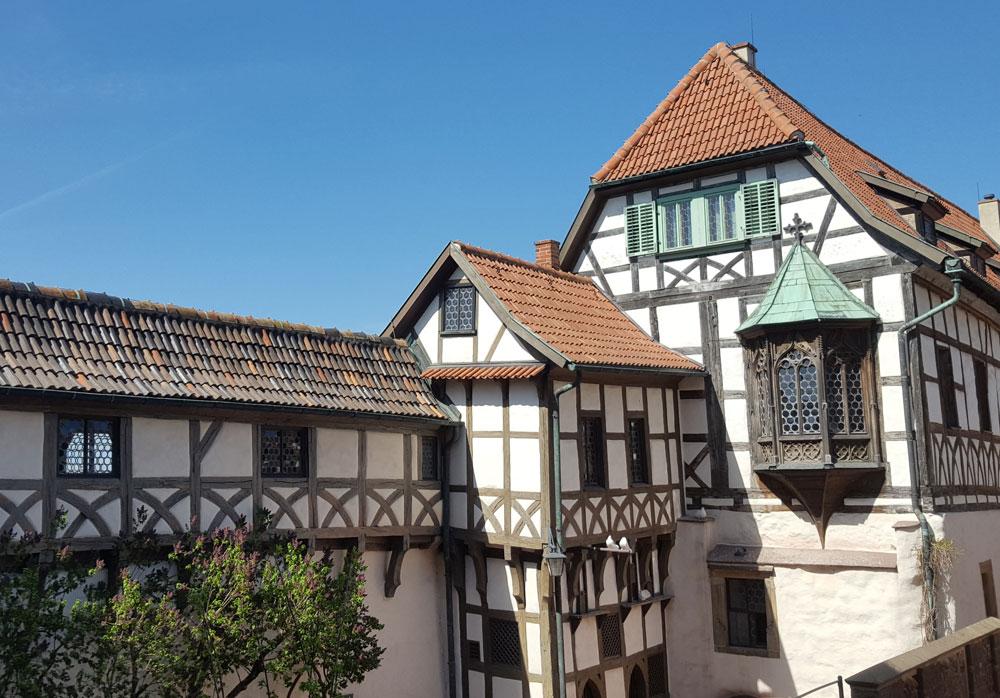Fachwerkhäuser im Innenhof der Burg
