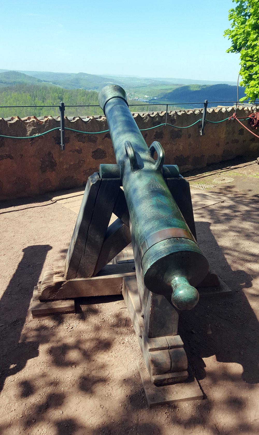 Eine Kanone an der Festungsmauer