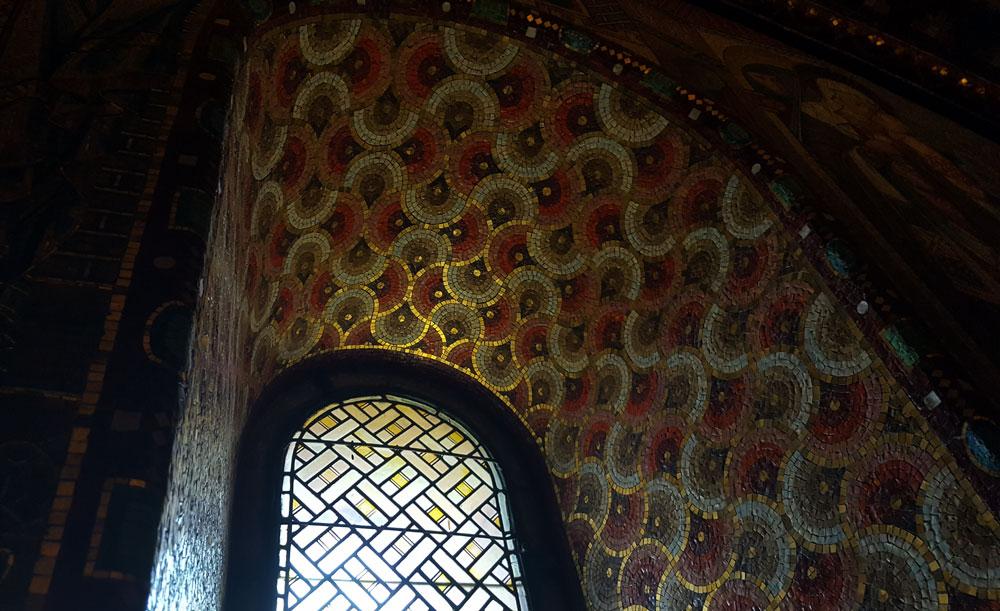 Goldenes Mosaik am Fensterbogen der Elisabethkemenate in der Wartburg